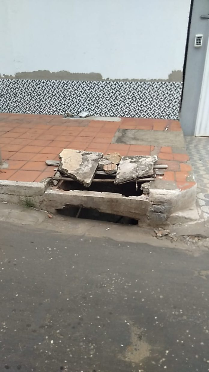 Tampas de bueiros quebradas preocupam moradores