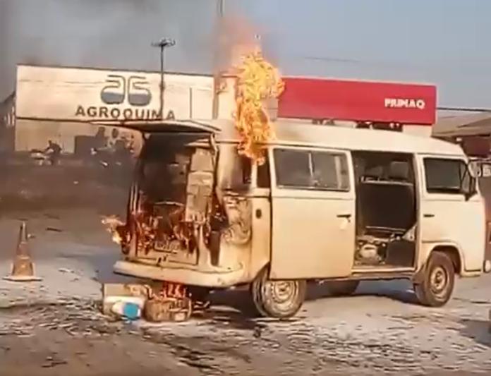 Carro pega fogo durante abastecimento em posto de combustível