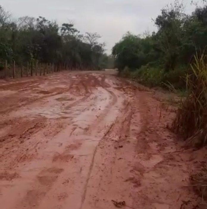 Moradores denunciam acidentes em estrada de acesso ao Embiral
