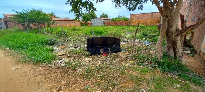 Moradores denunciam sujeira em terreno abandonado