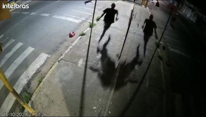Ladrão invade e furta loja, mas homem percebe ação e impede o bandido