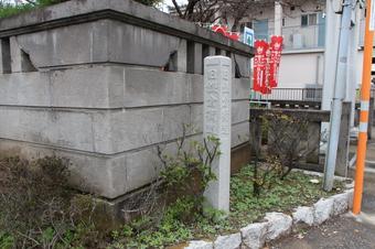 久米長久寺近くの石柱