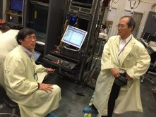 (写真3)ルータの工場立会試験(テストデータを確認するKDDI財団職員(2名))