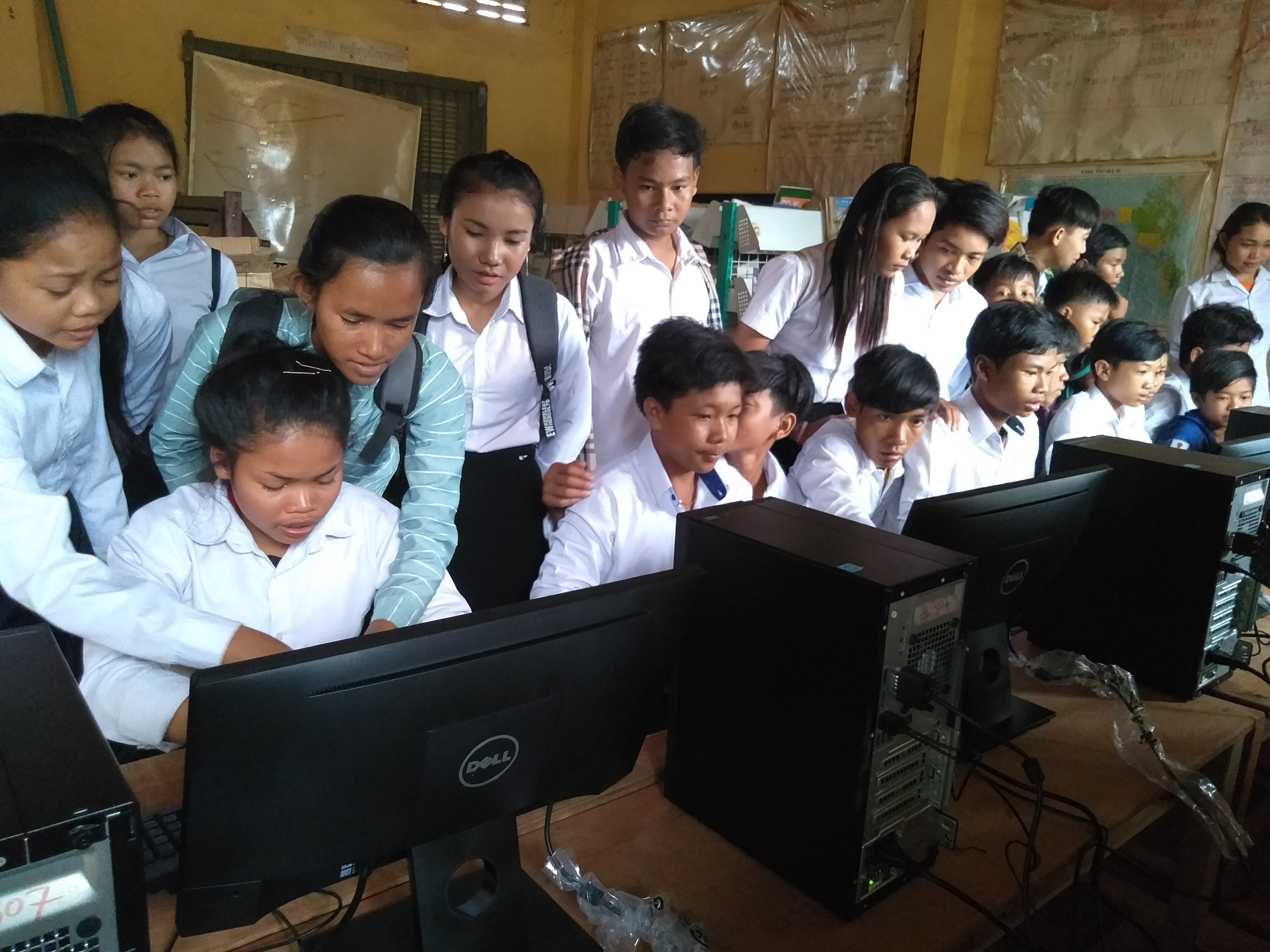 カンボジア Sre Preah KDDIスクールに英語・パソコン教室が導入されました。
