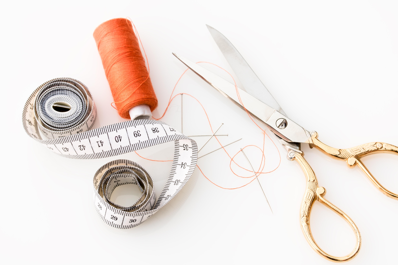 Fil, agulla i màquina de cosir