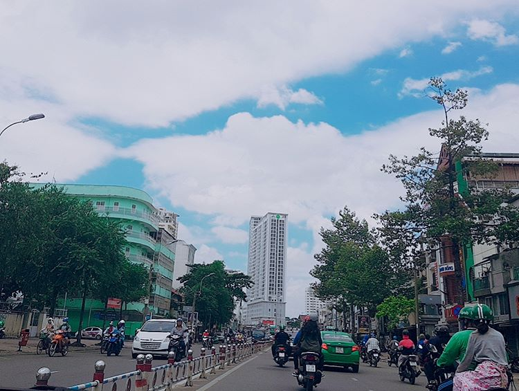 hơ to cross the street in Saigon
