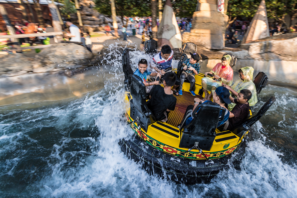 Getting wet in Grand Canyon is a must-have experience in Dream World Bangkok!