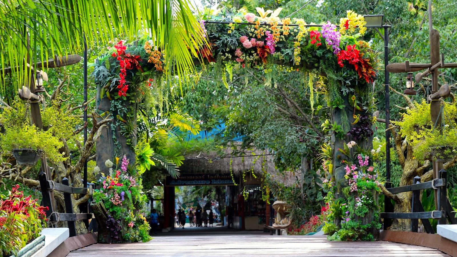 A welcome gate at Safari World Bangkok