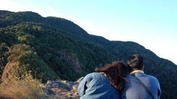 Casal nas montanhas