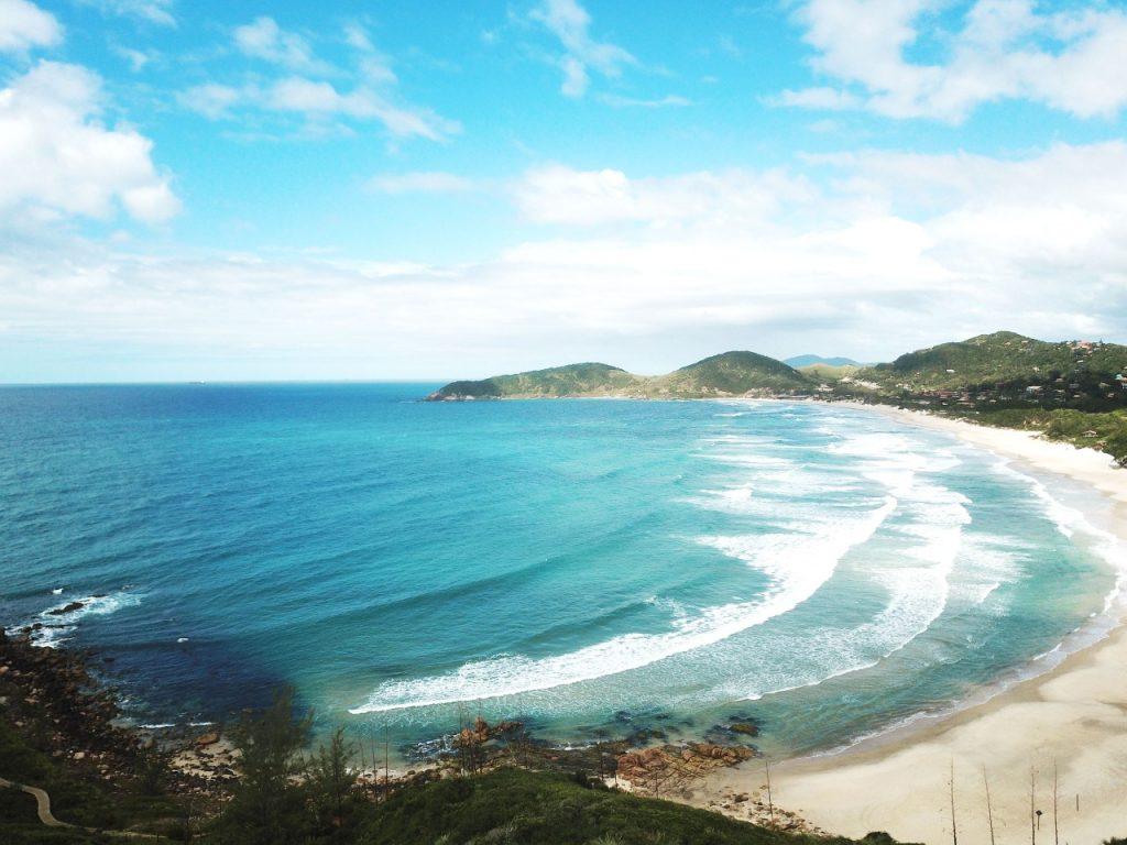 Foto da orla da Praia do Rosa