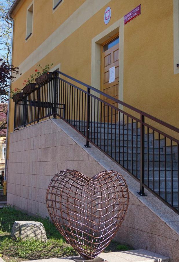 Serce miłości przy złotostockim ratuszu - Zdjęcie główne