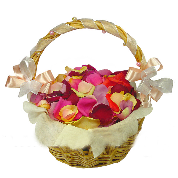 корзина с лепестками роз