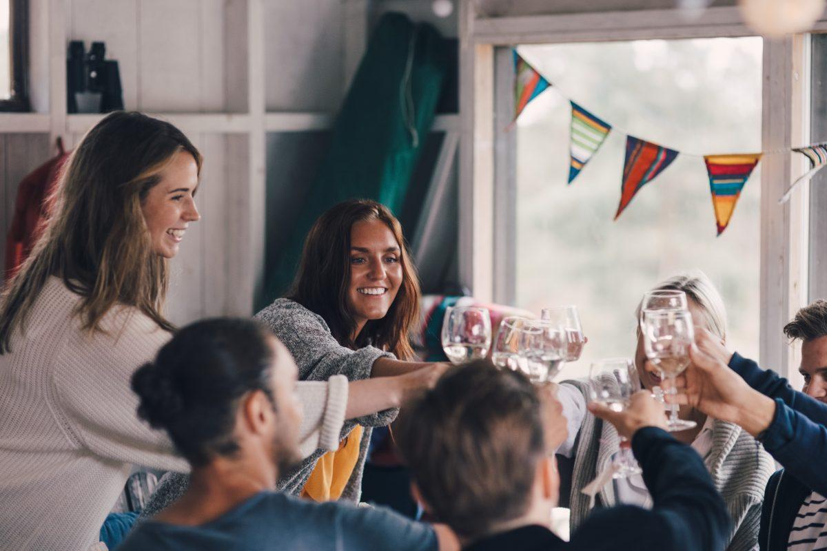 Unga vuxna skålar med glas