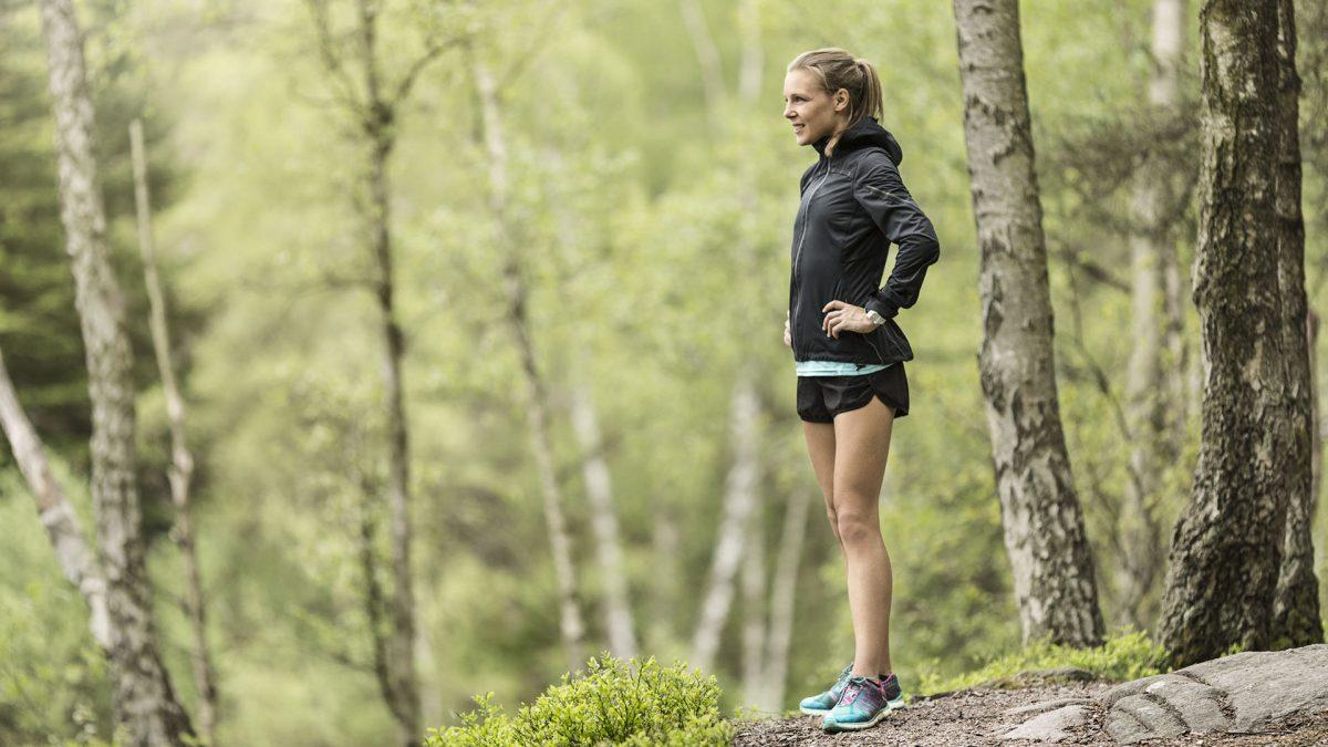 Kvinna tränar i naturen. Foto: Michael Jönsson