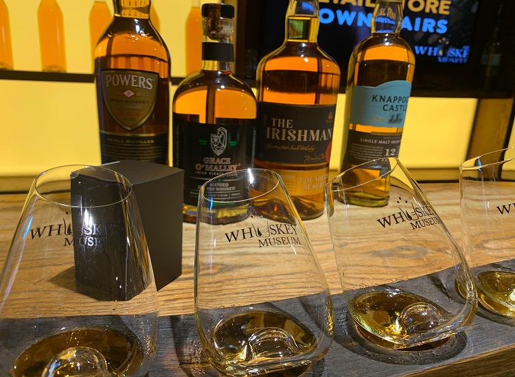 ウィスキー瓶とグラス