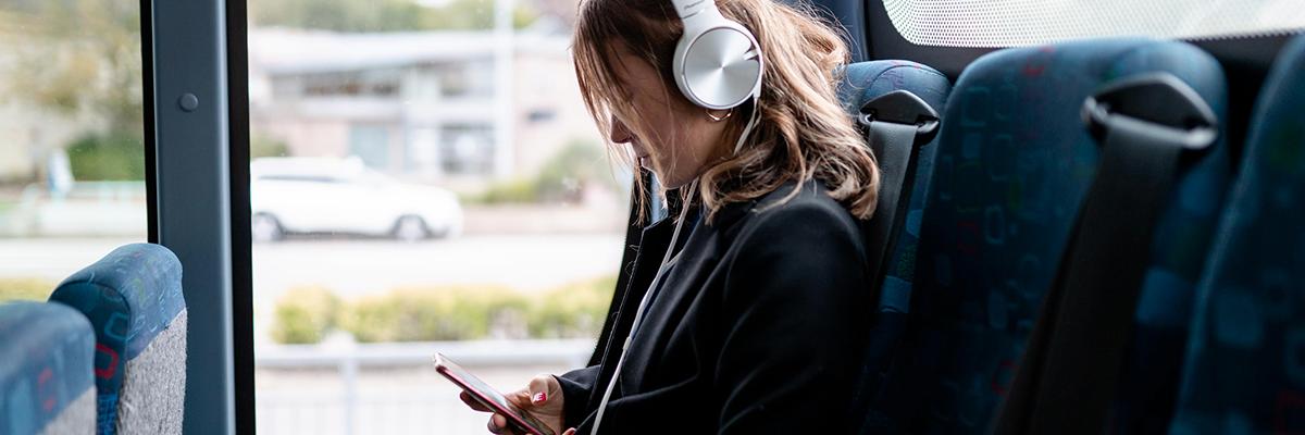 Jeune femme écoute de la musique dans le bus