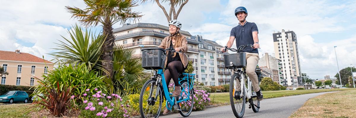 Un homme et une femme à vélo