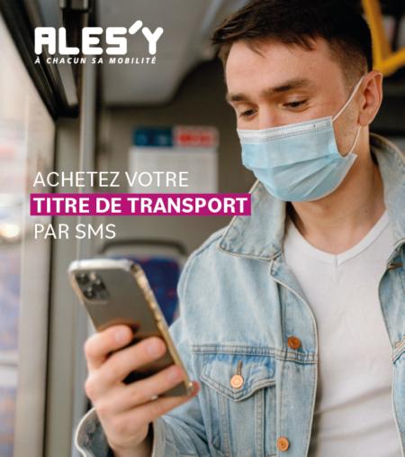 visuel promotionnel de l'achat de titre de transport par SMS où l'on peut apercevoir un jeune homme masqué qui utilise son smartphone à bord d'un bus