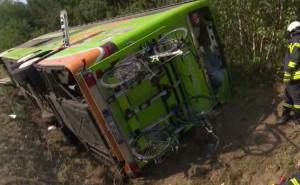 Un pullman Flixbus si è ribaltato in autostrada: sei feriti gravi