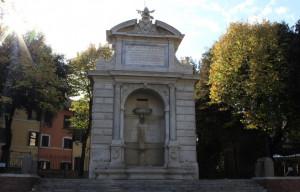 Roma: Carabinieri fermano straniero che si immerge nella fontana di piazza Trilussa