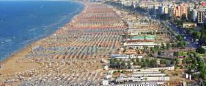 Danneggiano le strutture di un bagno di Rimini: denunciati due stranieri