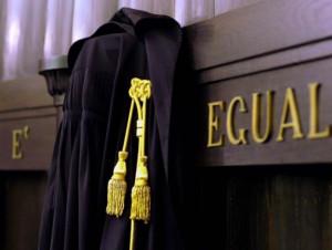Legittimo destituire un magistrato che accetta favori da imputati