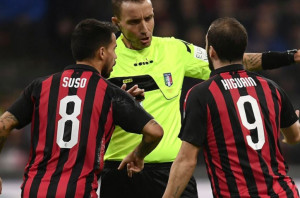 Calcio, due turni a Higuain. Salvini contro l'argentino: 'Indegno'