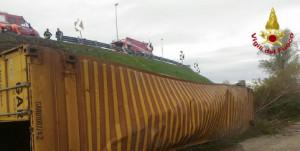 Bologna, un camion che trasporta etanolo si ribalta in tangenziale