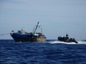 Nave Carabiniere coopera con la Guardia Di Finanza in un'attività di abbordaggio su sospetta 'nave madre'