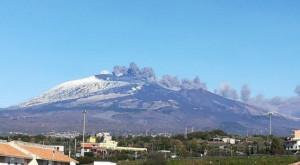 L'Etna si è risvegliato: sciame sismico e nube di cenere