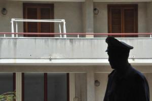 Cade dal balcone, muore una dodicenne