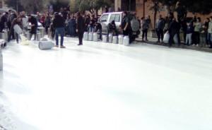 Protesta pastori, gettato in strada un milione di litri di latte