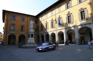 Prato: minaccia i passanti con una siringa contenente sangue