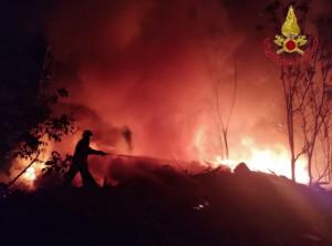 Roma, in fiamme discarica nel quartiere Collatino