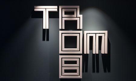 Bild på TROMBs logotyp monterad på vägg.
