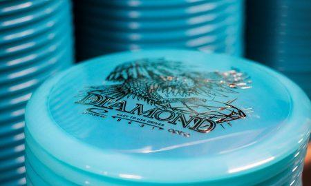 En hög med turkosblå discar, Latitude 64.