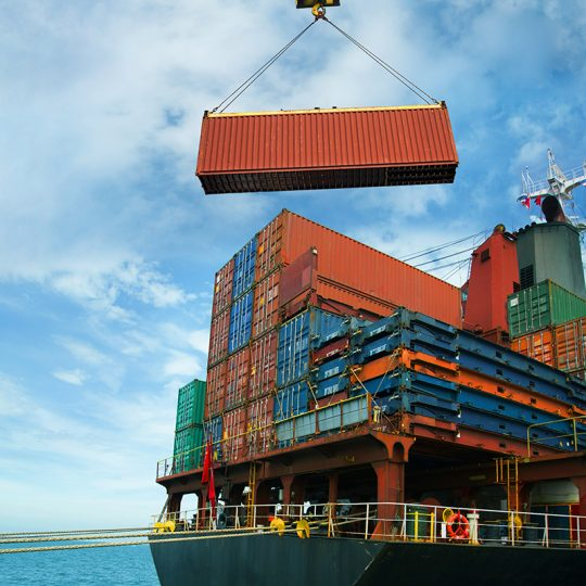 Lastning av containers på exportfartyg