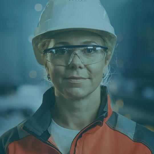 Kvinnlig ingenjör i industrimiljö
