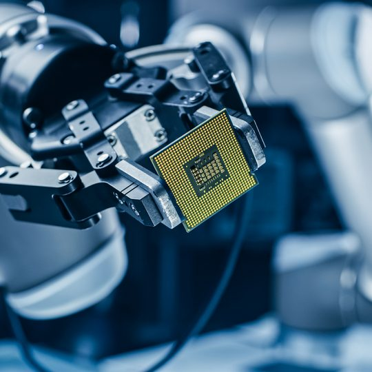 High Tech industri robot håller i datorchip