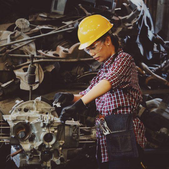 Tjej arbetar fabrik