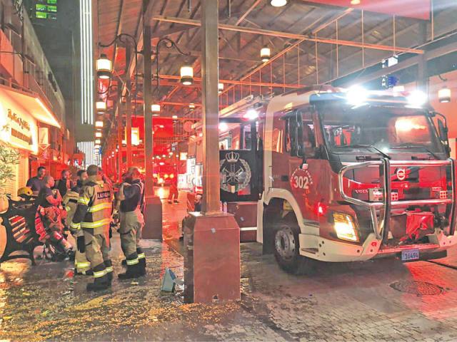 رجال الإطفاء خلال إخماد الحريق