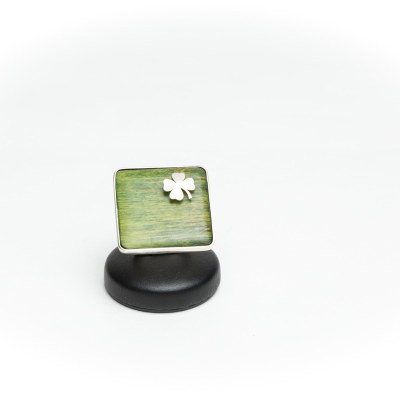 Square green ring with silver flower detail. This ring belongs to the Habitat series, inspired by green and nature. Handicrafted by printing on wood details of macrophotographies. Unique piece.