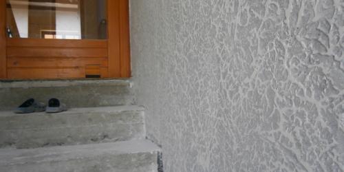 lépcsőház cuppantott fal