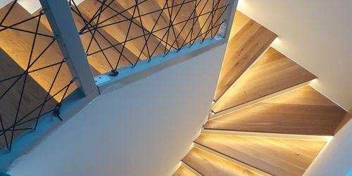 Tölgyfa lépcső ledvilágítással