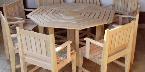 Tömör fából készült 8 szögletű asztal székekkel