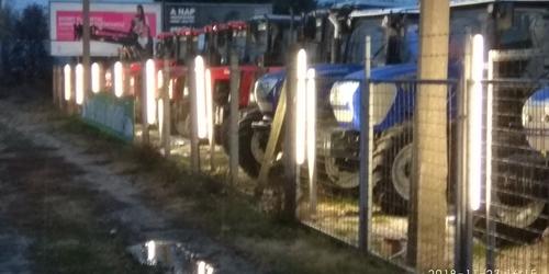 Traktorkereskedés díszvilágítás.