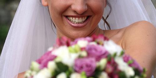 Gyönyörű menyasszony, gyönyörű csokorral