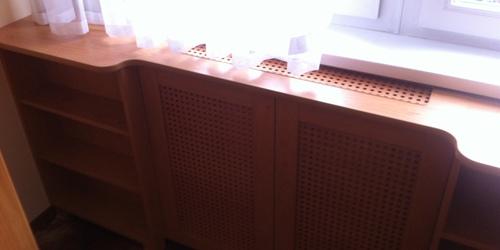 Könyvespolc radiátor takarással