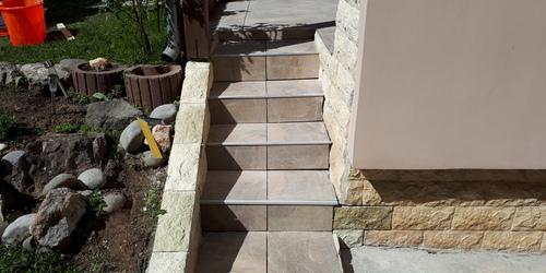 lépcső még fuga nélkül kő burkolattal