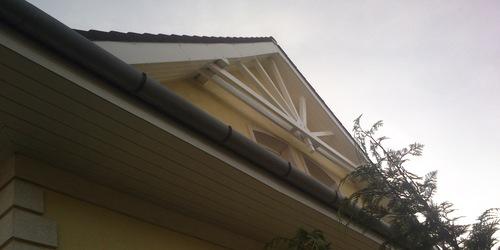 Ereszalj deszka mázolása.